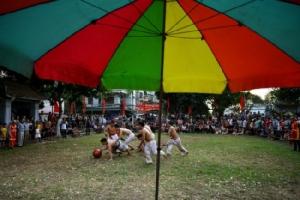 ไปดูชาวเวียดนามปล้ำชิงบอลไม้ เกมกีฬาเก่าแก่ช่วงตรุษเวียด
