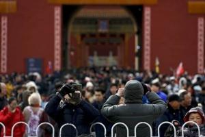 นักท่องเที่ยวหลายพันคนเยี่ยมชมพระราชวังต้องห้ามในปักกิ่งในวันที่หกของวันหยุดฉลองเทศกาลฉลองตรุษจีน 10 ก.พ.ซึ่งเป็นวันสุดท้ายของสัปดาห์ทองวันหยุด (ภาพ เอพี)