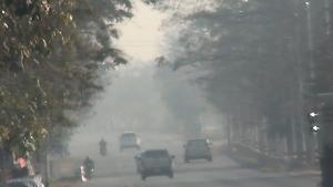 """""""ลำปาง"""" อ่วม! ค่าฝุ่นจิ๋ว PM 2.5 พุ่งสูงสุดในประเทศ 3 จุดซ้อน แถมชาวบ้านยังเผาหญ้าไม่หยุด"""