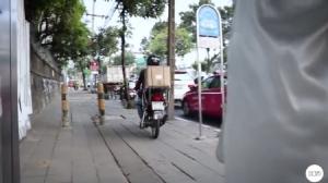 กฎหมายแค่ตัวอักษร? ยูทูปเบอร์ ทำคลิปประจานกลุ่มจักรยานยนต์ขี่ขึ้นฟุตปาธเลี่ยงรถติด