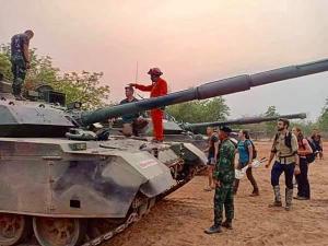 ทหารผวา! พบงูจงอางเลื้อยเข้ารถถัง VT4 ขณะซ้อมรบ ชาวบ้านแห่ดูเลขเด็ด สุดท้ายไม่พ้นกู้ภัย