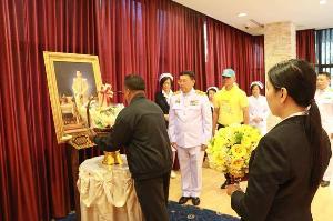 สมเด็จพระเจ้าอยู่หัว พระราชทานดอกไม้แก่นักเรียนทุนพระราชทาน ที่ได้รับบาดเจ็บสาหัสจากอุบัติเหตุ