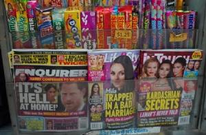 <i>นิตยสารเนชั่นแนล เอ็นไควเรอร์ (ซ้าย) วางขายอยู่ในร้านขายหนังสือพิมพ์แห่งหนึ่งในย่านกลางนครนิวยอร์กเมื่อวันศุกร์ (8 ก.พ.) สื่อจอมแฉระดับชาติของสหรัฐฯรายนี้กำลังพิพาทกับ เจฟฟ์ เบซอส เจ้าพ่อแอมะซอน ซึ่งกล่าวหาว่าถูกเนชั่นแนล เอ็นไควเรอร์ แบล็กเมล์ </i>