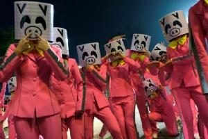 ผู้ร่วมขบวนพาเหรดพากันสวมหน้ากากหมู ในช่วงเทศกาลตรุษจีนที่ฮ่องกง