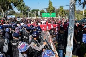 ตำรวจพม่ายิงกระสุนยาง-แก๊สน้ำตาสลายผู้ชุมนุมประท้วงอนุสาวรีย์นายพลอองซาน