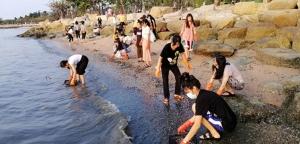 นางฟ้านิสิตพยาบาลร่วมเก็บหอยริมหาดศรีราชาอีกหนึ่งตัวการทำหาดสกปรก