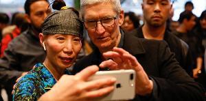 Tim Cook ซีอีโอ Apple กำลังใช้งาน iPhone กับลูกค้าชาวจีน