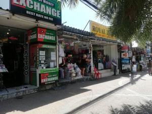 เจ้าของร้านค้าย่านอ่าวนาง กระบี่ แฉนักท่องเที่ยวต่างชาติแอบขโมยสินค้า เตือนผู้ประกอบการระวัง