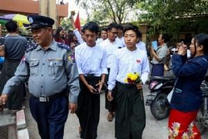 ศาลสั่งคุก-ใช้แรงงานหนัก 7 นักศึกษาพม่าเผารูป-เผาโลงประท้วง