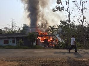 ฮีโร่! ไฟไหม้บ้านชายชราป่วยติดเตียงอยู่ลำพัง เดชะบุญเพื่อนบ้านช่วยได้ทันหวุดหวิดถูกย่างสด