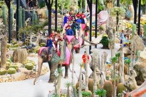 ยิ่งใหญ่..สวนนงนุชพัทยา จัดพิธีจดทะเบียนคู่รักบนหลังช้าง 99 คู่ กลางหุบเขาไดโนเสาร์