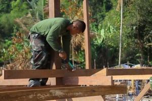 ทหารเริ่มสร้างบ้านต้นแบบหลังแรกให้ชาวมอแกน เกาะสุรินทร์ใต้แล้ว คาด 1 เดือนเสร็จ