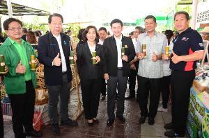 """พาณิชย์จับมือ ปตท.  SME D Bank, ธ.ก.ส.นำสินค้าชุมชนขายในปั๊ม """"โครงการตลาดไทยเด็ด"""""""