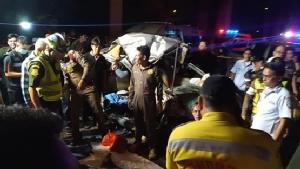 หนุ่มซิ่งเก๋งเหินข้ามเกาะกลางถนนชนสนั่น ดับคาซากรถ 2 ศพ