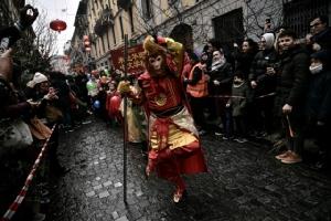 สมาชิกของชุมชนชาวจีนเฉลิมฉลองวันตรุษจีน ต้อนรับปีกุนด้วยขบวนพาเหรดทางประเพณีผ่านเมืองเปาโลซาปิในมิลาน (10 ก.พ.)