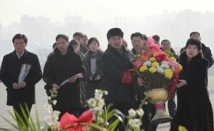 "In Pics: ชมภาพชาวเกาหลีเหนือถือกุหลาบแดง รำลึกอดีตผู้นำ ""บิดาคิม จองอึน"" กลางสายฝน อุณหภูมิติดลบ 8 องศา"
