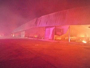 หนุ่มเมาซิ่งเก๋งพุ่งชนร้านเฟอร์นิเจอร์เมืองหาดใหญ่ ไฟลุกไหม้เผาวอดเสียหายราว 80 ล้าน (ชมคลิป)