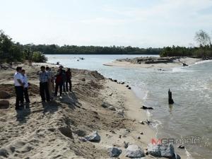 ลงพื้นที่ รอง ผวจ.นราฯ จี้ส่วนราชการฟังชาวบ้านเดือดร้อน ทรายถล่มทับร่องน้ำหาดบาเฆะ นอภ.ชี้เพราะโลกร้อน