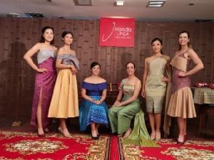 """""""พอลล่า"""" นำ 6 โปรสาวสวมชุดผ้าไหมไทย ก่อนลุยแอลพีจีเอ"""