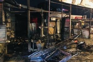 วอด! ไฟไหม้ร้านจำหน่ายน้ำมันขวด เจ้าของหนีตายออกทางหลังบ้าน คาดวางเพลิง