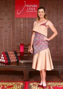 6 โปรกอล์ฟสาวระดับโลกร่วมสวมชุดผ้าไหมไทย