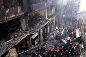 ชาวบ้านและเจ้าหน้าที่ดับเพลิงอยู่กันรอบๆ อาคารที่เกิดไฟไหม้เมื่อตอนดึกคืนวันพุธ (20 ก.พ.) ในเขตเก่าแก่ของกรุงธากา เมืองหลวงของบังกลาเทศ อัคคีภัยคราวนี้ทำให้มีผู้เสียชีวิตไปอย่างน้อย 78 คน