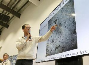 ยูอิชิ ซูดะ ชี้ให้ดูพื้นผิวดาวเคราะห์น้อย ก่อนที่ยานจะลงจอด (JIJI PRESS / AFP)