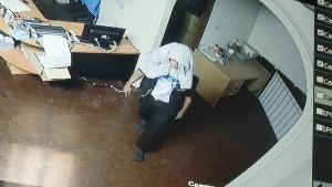 โจรแสบถอดรองเท้างัดบริษัทค้าส่งชายแดนแม่สอด ห่างป้อมตำรวจแค่ 200 ม. ฉกโน้ตบุ๊ก-จยย.หนีลอยนวล