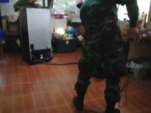 ผงะ! พบจงอางตัวเขื่องบุกซุกตู้เย็นชาวบ้าน ทหารเข้าช่วยจับระทึก