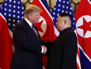 <i>คิม จองอึน ผู้นำเกาหลีเหนือ จับมือกับประธานาธิบดีโดนัลด์ ทรัมป์ ของสหรัฐฯ เมื่อพบหน้ากันที่โรงแรมเมโทรโพล ในกรุงฮานอย ประเทศเวียดนาม ค่ำวันพุธ (27 ก.พ.) </i>