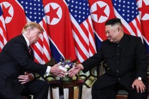 <i>คิม จองอึน ผู้นำเกาหลีเหนือ จับมือกับประธานาธิบดีโดนัลด์ ทรัมป์ ของสหรัฐฯ ภายหลังการหารือกัน ตอนค่ำวันพุธ (27 ก.พ.) </i>