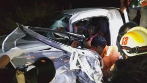 เกิดเหตุรถกระบะชนรถไถกระเด็นตกข้างทางติดภายในเจ็บ 3 ราย