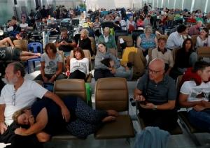 """In Pics: สื่อนอกรายงาน ผู้โดยสารตกค้างสุดเซ็ง จนท.บอกแต่ให้รอ หลัง """"การบินไทย"""" ยกเลิกเที่ยวบินผ่านน่านฟ้าปากีฯ"""