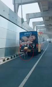 หวาดเสียว! หนุ่มปั่นจักรยานตามท้ายรถเมล์ ภายหลังพลเมืองดีมอบหมวกกันน็อกพร้อมตักเตือนพฤติกรรม (ชมคลิป)