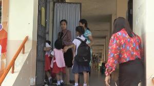 ป่วนทั้งโรงเรียน! ลิงแสมบุก ร.ร.กลางเมืองอุทัยฯ จนท.ระดมกำลังล่อจับไม่เป็นผล