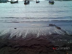 ทะเลสีดำ! ตะกอนน้ำมันเต็มหาดบ้านบ่ออิฐ จ.สงขลา