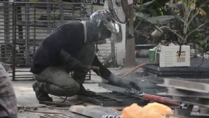 ชาวเมืองอุบลโวยวางฝาท่อระบายสูงกว่าถนน แขวงการทางจี้ผู้รับเหมารีบแก้ไข
