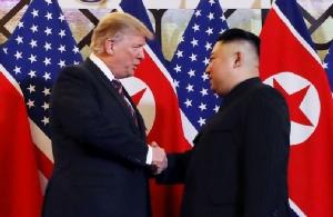 ประธานาธิบดี โดนัลด์ ทรัมป์ แห่งสหรัฐฯ และผู้นำ คิม จองอึน แห่งเกาหลีเหนือ จับมือทักทายในการประชุมซัมมิตที่กรุงฮานอย เมื่อวันที่ 27 ก.พ.