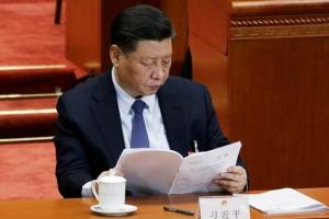 ประธานาธิบดี สี จิ้นผิง กำลังอ่านรายงานของรัฐบาลในพิธีเปิดการประชุมสภาผู้แทนประชาชนแห่งชาติจีน หรือสภานิติบัญญัติ ณ มหาศาลาประชาชน กรุงปักกิ่ง วันนี้(5 มี.ค.) (ภาพ รอยเตอร์ส)