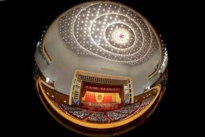 กลุ่มผู้แทนประชาชนทั่วประเทศจีน ราว 3,000 คน เข้าร่วมการประชุมสภาผู้แทนประชาชนแห่งชาติจีน หรือสภานิติบัญญัติ ณ มหาศาลาประชาชน กรุงปักกิ่ง วันนี้(5 มี.ค.) (ภาพ รอยเตอร์ส)