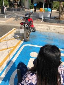 จิตสำนึกต่ำ! ประณามจักรยานยนต์จอดทับที่ผู้พิการ เดือดร้อนทำสัญจรไม่ได้