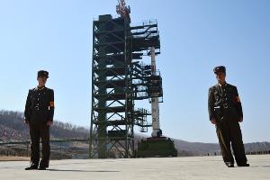 ภาพจากแฟ้มถ่ายเมื่อ 8 เม.ย. 2012 แสดงให้เห็นทหารเกาหลีเหนือ 2 คนยืนรักษาการณ์อยู่ด้านหน้าของจรวดแบบอุนฮา-3 ณ สถานีปล่อยดาวเทียมโซแฮ ในอำเภอตงชางรี  ทั้งนี้สื่อเกาหลีใต้อ้างสำนักงานข่าวกรอง และนักวิจัยของหน่วยงานคลังความคิดในสหรัฐฯวิเคราะห์ภาพถ่ายดาวเทียม ระบุว่าโสมแดงกำลังมีกิจกรรมบางอย่างที่สถานีแห่งนี้