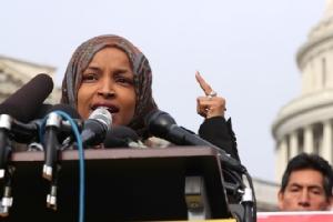 """In PicS&Clips: สภาล่างเดโมแครตยอมเลื่อนโหวตประณาม """"สส.มุสลิม อิลฮาน โอมาร์"""" ทวีตต้านยิว  ชี้ """"นักการเมืองอเมริกัน"""" ถูกล็อบบี้ยิสต์เนทันยาฮูซื้อตัว"""