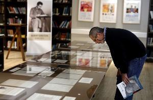 ผู้ชายคนหนึ่งกำลังเพ่งพิจารณาเอกสารลายมือไอน์สไตน์ (MENAHEM KAHANA / AFP)