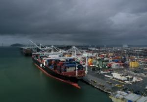 ภาพถ่ายจากทางอากาศแสดงให้เห็นเรือบรรทุกสินค้าจำนวนมากจอดที่ท่าเรือโอคแลนด์ ในเมืองโอคแลนด์ รัฐแคลิฟอร์เนีย ของสหรัฐฯ เมื่อวันพุธ (6 มี.ค.) วันเดียวกับที่กระทรวงพาณิชย์อเมริกันรายงานว่า ยอดขาดดุลการค้าในรอบปีที่แล้วพุ่งขึ้นสูงทำสถิติใหม่ในรอบสิบปี