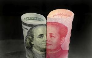 ธนบัตรสกุลเงินดอลลาร์(ซ้าย) กับธนบัตรเงินหยวนของจีน(ขวา)