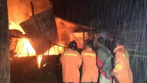 เจ้าหน้าที่ดับเพลิงระดมฉีดน้ำสกัดเพลิงที่กำลังลุกไหม้