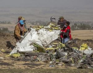 <i>เจ้าหน้าที่กู้ภัยปฏิบัติงานเมื่อวันจันทร์ (11 มี.ค.) บริเวณจุดเกิดเหตุเครื่องบินโดยสารโบอิ้ง 737 แม็กซ์ 8 ของสายการบินเอธิโอเปียนแอร์ไลนส์ตก ที่ทุ่งนาใกล้ๆ เมืองบิชอฟตู ห่างจากกรุงแอดดิสอาบาบาไปทางใต้ราว 60 ก.ม. ล่าสุดสายการบินแห่งนี้แถลงว่าพบกล่องดำบันทึกข้อมูลทั้ง 2 กล่องของเครื่องบินแล้ว </i>