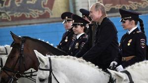 """""""ปูติน"""" ร่วมฉลองวันสตรีสากล ควบม้าพาเหรดกับตำรวจหญิง"""