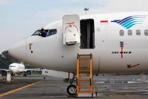 <i>ช่างกำลังตรวจสอบ โบอิ้ง 737 แม็กซ์ 8 ของสายการบินการูดา ของอินโดนีเซีย ซึ่งจอดอยู่ที่ส่วนซ่อมบำรุงของการูดา ณ ท่าอากาศยานนานาชาติโซการ์โน-ฮัตตา ใกล้ๆ กรุงจาการ์ตา ในวันพุธ (13 มี.ค.)  อินโดนีเซียเป็นอีกหนึ่งประเทศที่แบนเครื่องบินรุ่นนี้ </i>